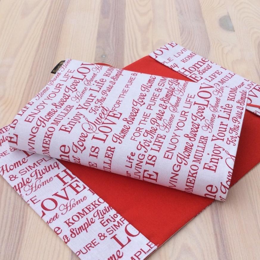Obal na knihu Červené písmo na bílé